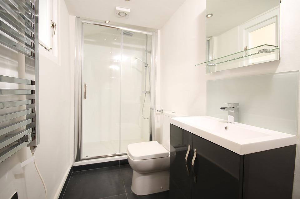 kabina prysznicowa w małej łazience